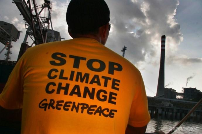 Aktivis Greenpeace melakukan aksi protes pembangunan pembangkit listrik batubara (dok. greenpeace)
