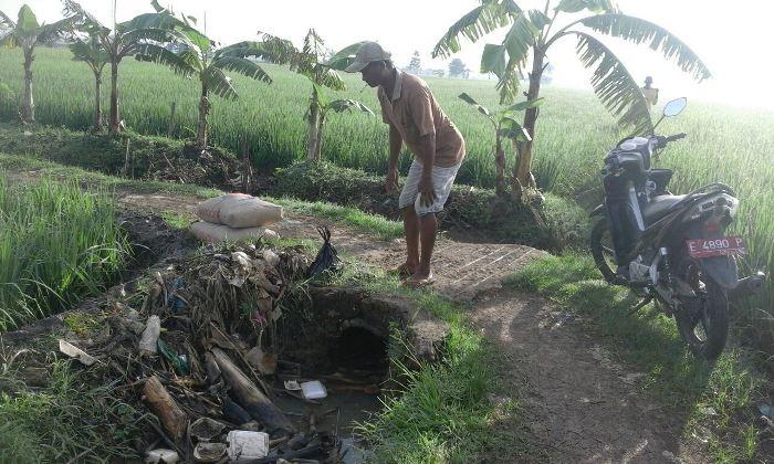 Memeriksa saluran irigasi yang mengalami penyempitan (dok. villagerspost.com/tim jurnalis desa kalensari)