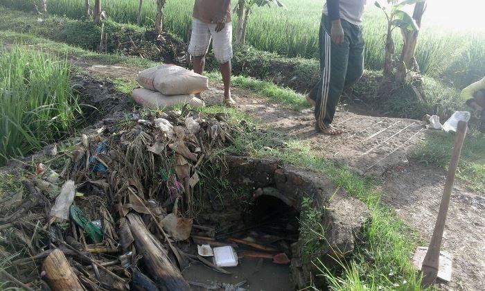 Cangkul dan alat-alat untuk perbaikan saluran irigasi dipersiapkan (dok. villagerspost.com/tim jurnalis desa kalensari)