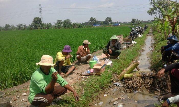 Beristirahat sejenak, saling menyapa membangun silaturrahmi warga desa Bunder dan Kalensari (dok. villagerspost.com/tim jurnalis desa kalensari)
