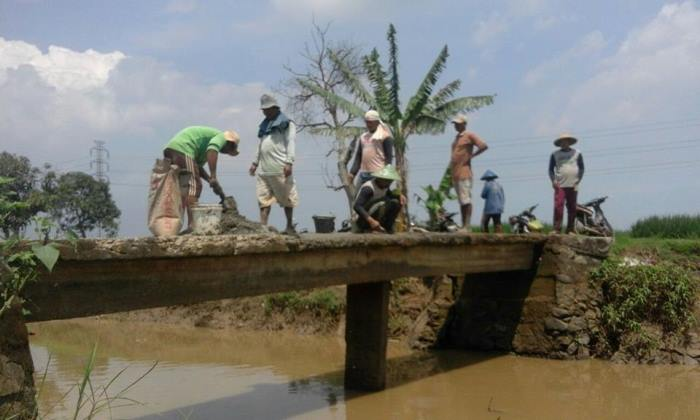 Dengan gotong royong, perbaikan jembatan yang rusak pun bisa diselesaikan secara mandiri (dok. villagerspost.com/tim jurnalis desa kalensari)