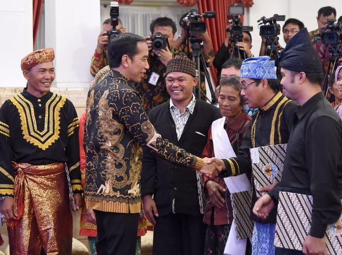 Presiden Jokowi saat menyerahkan surat pengakuan hutan adat kepada perwailakn 9 masyarakat adat di Istana Kepresidenan (dok. kantor staf presiden)