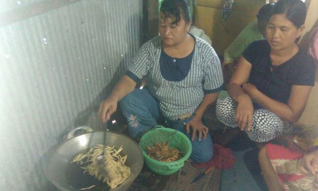 Menggoreng stik rumput laut (dok. villagerspost.com/uppy supriyadi)