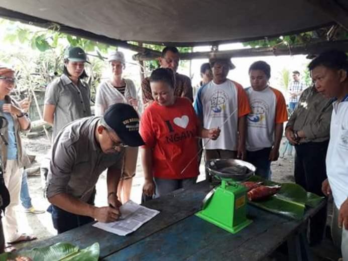 Ikut meresmikan pendirian markas kelompok nelayan Cahaya Tatapaan (dok. villagerspost.com/eko handoyo)