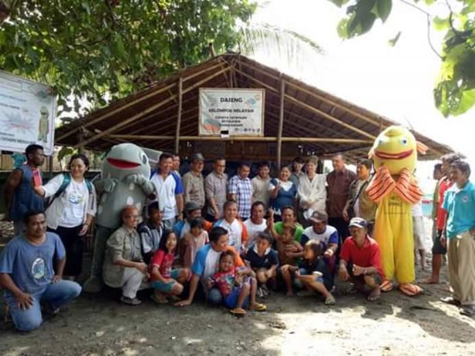 Rombongan pihak Kedutaan Swiss-SECO berfoto bersama dengan nelayan Bunaken (dok. villagerspost.com/eko handoyo)