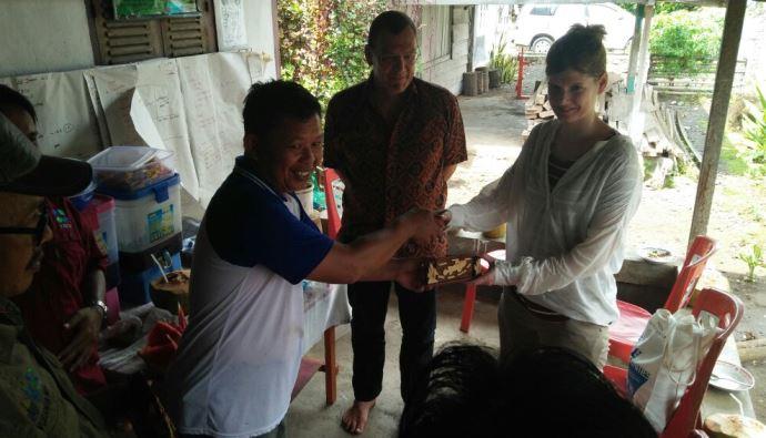 Nelayan Bunaken memberikan cenderata mata kepada perwakilan Kedutaan Swiss-SECO (dok. villagerspost.com/eko handoyo)