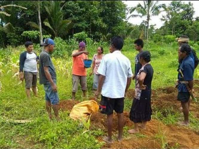 Para petani belajar cara mengolah tanah tanpa mencangkul keseluruhan permukaan tanah (dok. villagerspost.com/rahmat adinata)