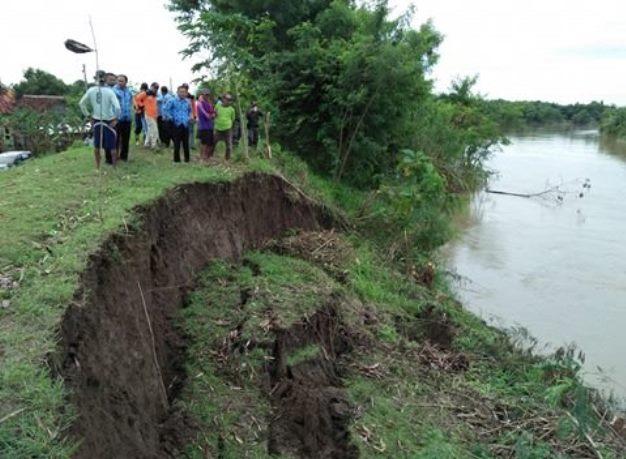 Tanggul sungai Pemali yang amblas (dok. villagerspost.com/bangkit nugroho syilendra)