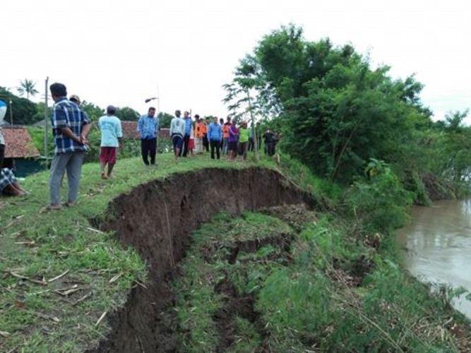 Pemerintah diminta bertindak cepat mengatasi amblasnya tanggul sungai Pemali (dok. villagerspost.com/bangkit nugroho syilendra)