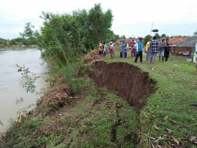 Warga bersiap melakukan kerja bakti memperbaiki tanggul (dok. villagerspost.com/bangkit nugroho syilendra)