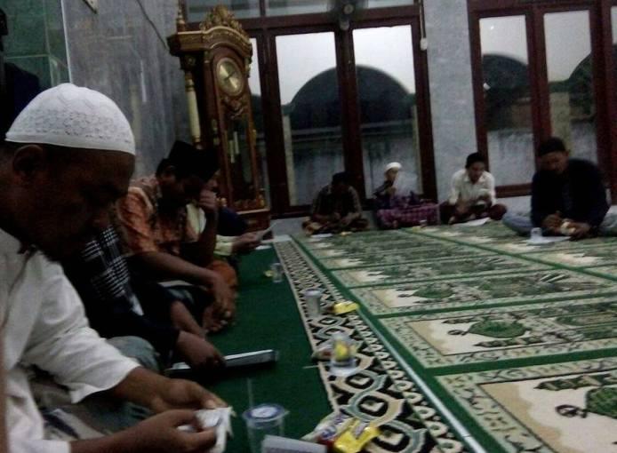 Acara doa bersama anggota GPN, petani Desa Nunuk dan alim ulama untuk memohon kepada Allah agar serangan wereng mereda (dok. villagerspost.com/tatang tarsono)
