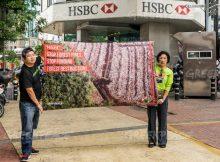 Membentangkan spanduk desakan HSBC berhenti mebiayai perusakan hutan Indonesia (dok. greenpeace)