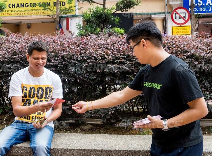 Membagikan leaflet berisi petisi agar HSBC stop membiayai perusakan hutan Indonesia (dok. greenpeace)