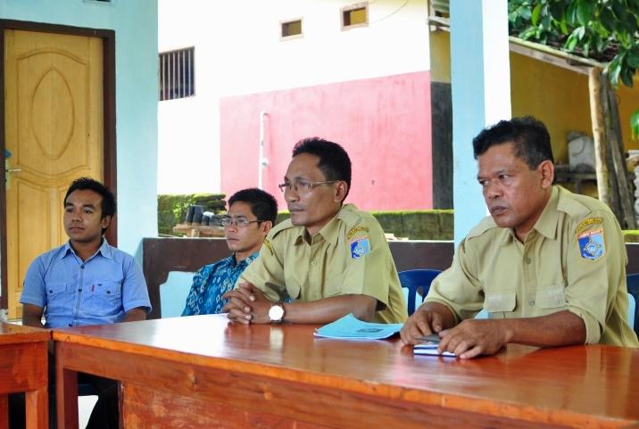 Kepala Desa lebah Sempaga Turmuzi (kanan) memberikan pemaparan terkait program desa (dok. villagerspost.com)