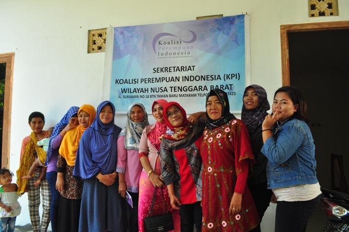 Para anggota Koalisi Perempuan Indonesia Wilayah Mataram berpose di depan kantor mereka (dok. villagerspost.com)