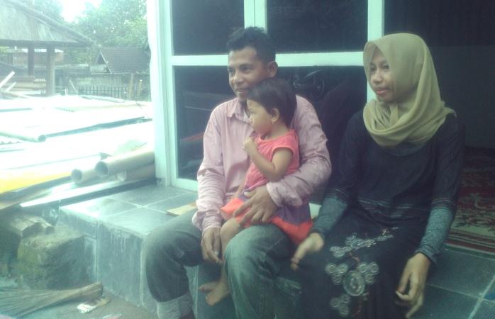 Rizal Ceper dan keluarga kecilnya. Kini si pelaku merariq codeq bertobat dan menjadi penyuluh anti perkawinan anak (dok. villagerspost.com)