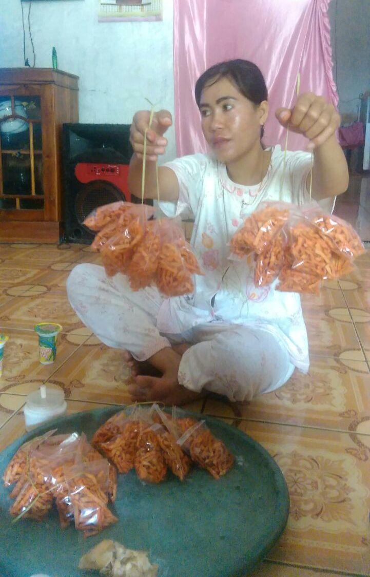 Makanan ringan hasil olahan rumput laut dalam kemasan kecil (dok. villagerspost.com/suharjo)