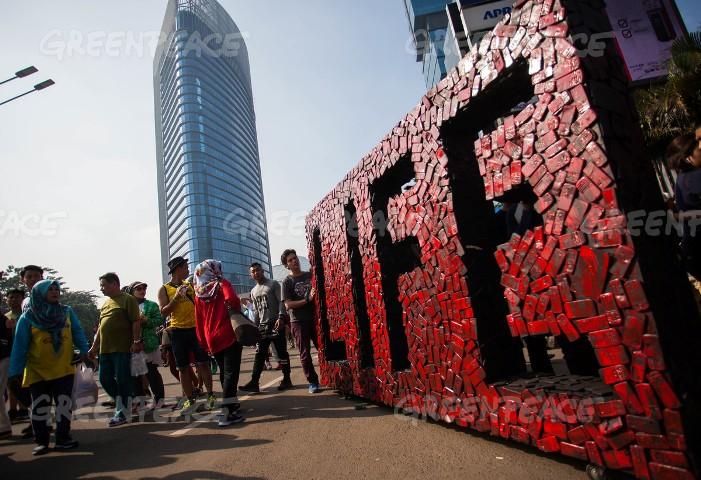 Seni instalasi dari tumpukan sampah telepon pintar (dok. greenpeace)
