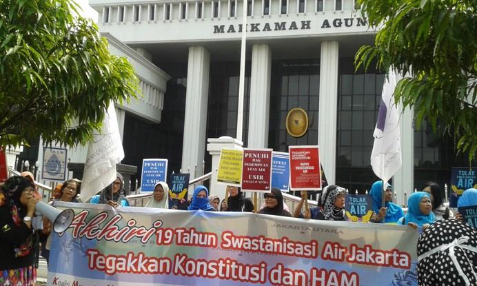 Aksi Solidaritas Perempuan menuntut diakhirinya swastanisasi air Jakarta (dok. solidaritas perempuan)