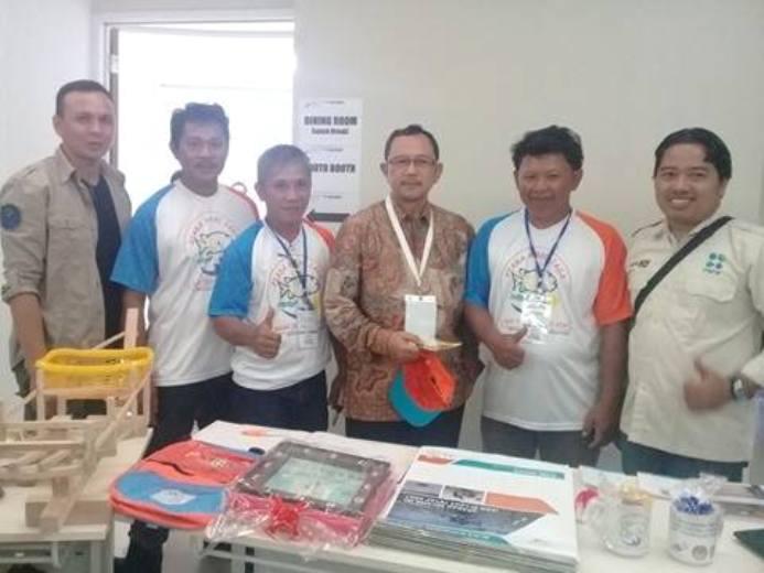 Para anggota kelompok Cahaya Tatapaan berpose bersama Sekretaris Direktorat Jenderal Penataan Ruang Laut Ditjen PRL Kementerian Kelautan dan Perikanan (dok. villagerspost.com/eko handoyo)