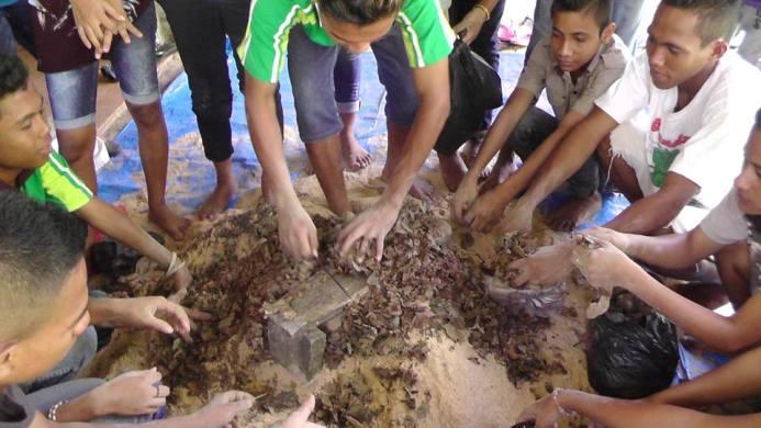 Meracik bahan bahan alami untuk pakan ternak dan nutrisi ternak organik (dok. villagerspost.com/rahmat adinata)