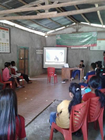 Menyimak pemaparan teori dalam kelas (dok. villagerspost.com/rahmat adinata)