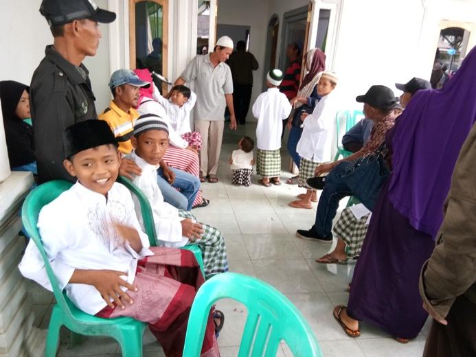 Anak-anak sabar mengantre menunggu giliran dikhitan (dok. villagerspost.com/ari suharso)