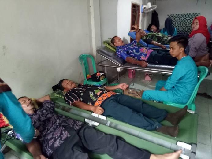 Bersabar menunggu kantong darah penuh. Diharapkan aksi donor darah ini mampu mengumpulkan 100 kantong darah (dok. villagerspost.com/ari suharso)