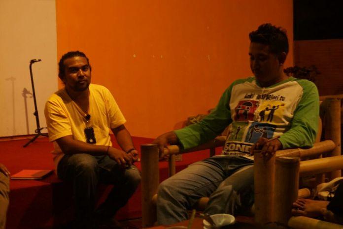 William Fangidae, relawan CIS Timor dan rekannya Senol, memaparkan program laki-laki baru CIS Timor (dok. villagerspost.com/istimewa)